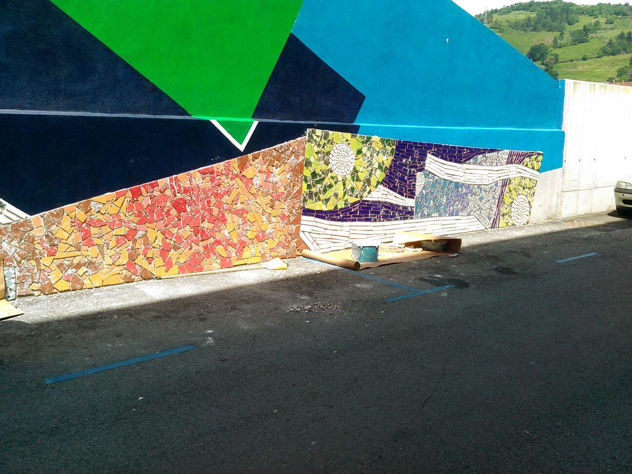 Mosaico realizado en la parte baja del mural